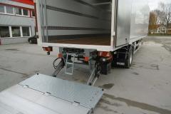 1 Achs Sattelauflieger mit Zwangslenkung, Möbel Kofferaufbau, unterfahrbarer Ladebordwand und spezieller Ladungssicherung (1)