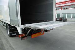 1 Achs Sattelauflieger mit Zwangslenkung, Plywood Spezial Kofferaufbau und einer unterfaltbaren Ladebordwand (1)
