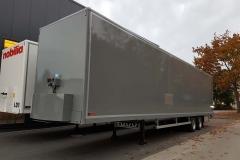 2 Achs Auflieger in MEGA Bauweise mit Kofferaufbau und automatischen Rolltor, das Förderband ist in 3 einzelnen Sektionen unterteilt und von Cargo Floor (1)