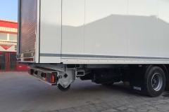 2 Achs MEGA Sattelauflieger mit Kofferaufbau, automatischen Rolltor für größtmögliche Durchladebreite und einem Ketten Fördersystem von Cargo Floor (1)