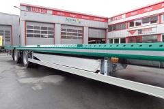2 Achs Sattelauflieger mit Plateau Aufbau und Auffahrrampen zum Transport von Landmaschinen (1)