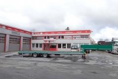 2 Achs Sattelauflieger mit Plateau Aufbau und Auffahrrampen zum Transport von Landmaschinen (3)