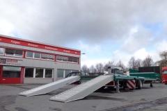 2 Achs Sattelauflieger mit Plateau Aufbau und Auffahrrampen zum Transport von Landmaschinen (4)