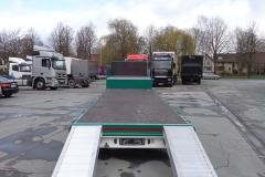 2 Achs Sattelauflieger mit Plateau Aufbau und Auffahrrampen zum Transport von Landmaschinen (5)