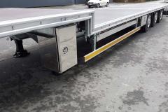 3 Achs Sattelauflieger mit Plateau Aufbau und einem kurbel betriebenen Heckauszug für Palettentransport (1)