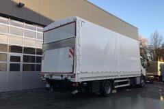Aufbau mit Plane  Spriegel und einer hinterschlagenden Ladebordwand auf einem LKW Fahrgestell (1)