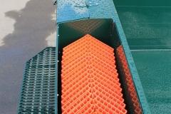 Aufstiegstritt mit Staubox und Verstaumöglichkeit für Kantenschutzwinkel bei einem Anhänger (1)