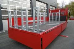 Gerüstbaupritsche mit speziellen Ladungsischerungsgestellen für Bretter und Rahmen (3)