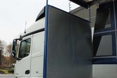Gliederzug mit Schiebespannplanenaufbau und einem hydraulischen Hubdach zum Transport von Geflügelboxen (2)
