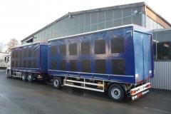 Gliederzug mit Schiebespannplanenaufbau und einem hydraulischen Hubdach zum Transport von Geflügelboxen (3)