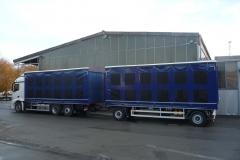 Gliederzug mit Schiebespannplanenaufbau und einem hydraulischen Hubdach zum Transport von Geflügelboxen (4)