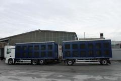 Gliederzug mit Schiebespannplanenaufbau und einem hydraulischen Hubdach zum Transport von Geflügelboxen (7)