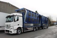 Gliederzug mit Schiebespannplanenaufbau und einem hydraulischen Hubdach zum Transport von Geflügelboxen (1)