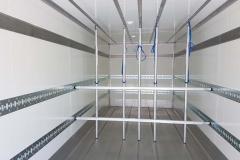 Kofferaufbau in Sandwichbauweise mit Aluminiumboden, spezieller Ladungssicherung und einer hinter schlagenden Ladebordwand (1)