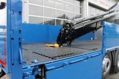Ladekran Auflage auf der Ladefläche und Containerverriegelungen bei einem offenen Pritschenaufbau