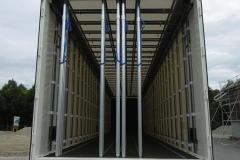 längs laufende Lochschienen im Boden und unter der Decke zur senkrechten Ladungssicherung für Sperrstangen (1)