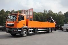 LKW mit Heck Ladekran von HIAB und einem offenen Bordwandaufbau, mit spezieller Ladungssicherung zum Transport von langen Rohrleitungen (1)