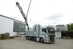 LKW mit Heck Ladekran von HIAB und einem Schiebebügel Verdeck, spezielle Ladungssicherung auf Trägern für ein Aufzugunternehmen (1)