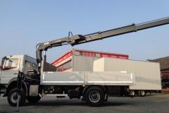 LKW mit Ladekran hinter dem Fahrerhaus und offenenem Bordwand Aufbau fuer Bauunternehmen (1)