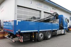 LKW mit Ladekran von HIAB hinter dem Fahrerhaus und offenen Bordwandaufbau mit Containerverriegelungen zum Transport von Vermiet-Containern (1)