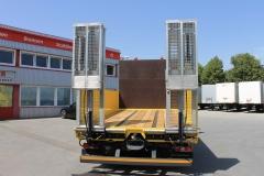 offener Bordwandaufbau mit Hartholzboden und hydraulisch verfahrbaren Auffahrrampen, zum Transport von Baggern, Radladern o.ä (1)