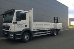offener Bordwandaufbau mit Staplerhalterung auf LKW-Fahrgestell (1)