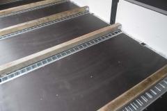 Quer laufende Vario Safe Schienen für Steckrungen mit Holzauflage auf der Ladefläche für den Stahltransport (1)
