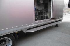 Sattelauflieger mit Schall gedämpften Kofferaufbau. In dem Koffer ist eine Mühle zum Schreddern von Getränkekisten (1)