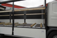 Schiebeplanenaufbau mit Bordwänden, beidseitig verschiebbarem Schiebeverdeck und quer laufende Steckrungenschienen mit Holzauflagen für den Stahltransport (1)