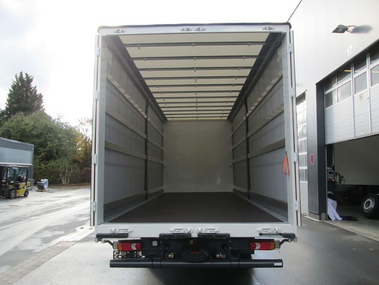 Schiebespann-Planenaufbau auf LKW Fahrgestell mit festem Planendach (1)
