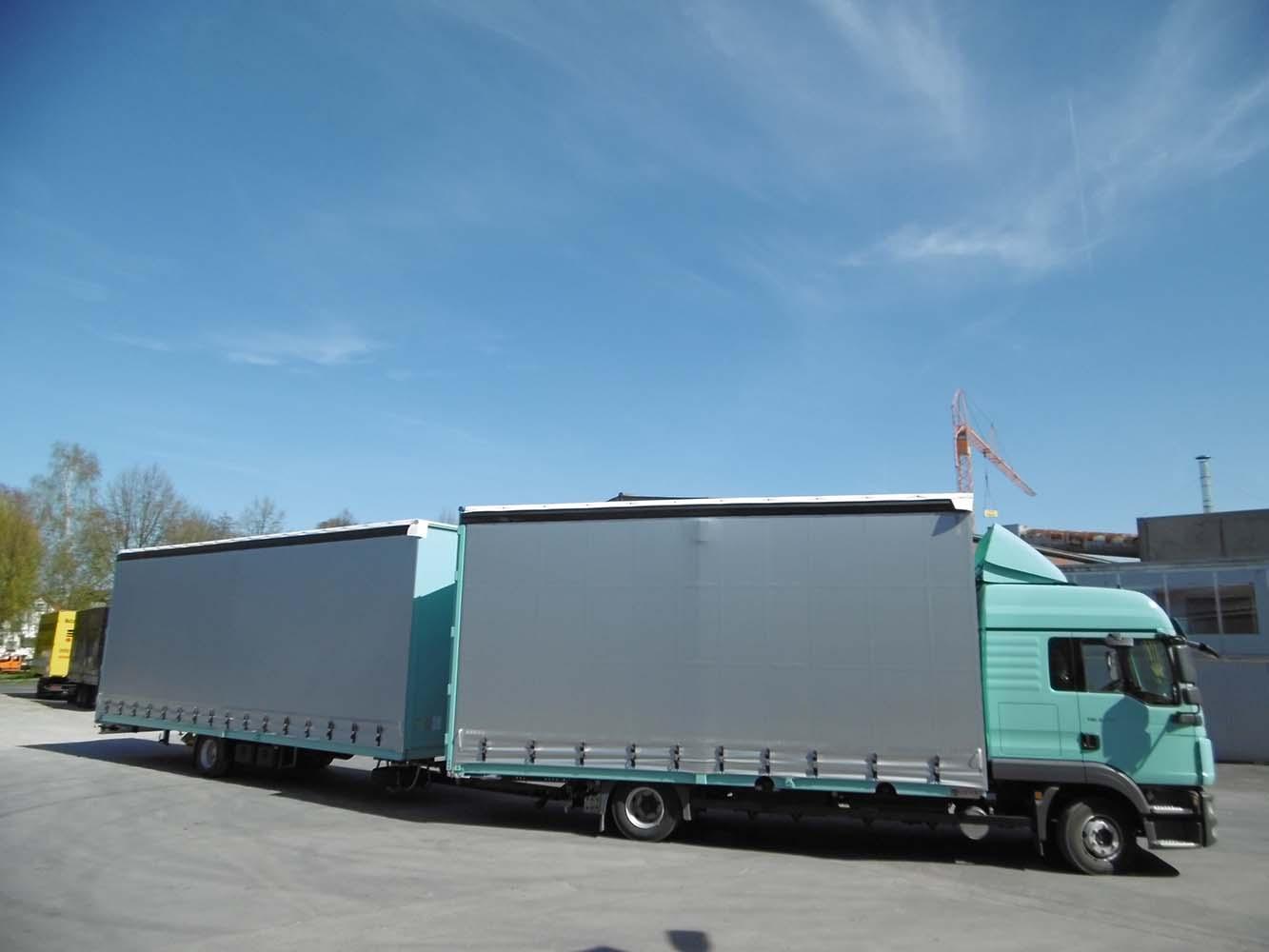 Volumen Gliederzug mit Schiebespannplanenaufbau zum Transport von Dämmmaterial (3)