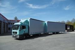 Volumen Gliederzug mit Schiebespannplanenaufbau zum Transport von Dämmmaterial (2)