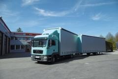 Volumen Gliederzug mit Schiebespannplanenaufbau zum Transport von Dämmmaterial (1)