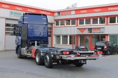 Wechselrahmen mit Einweiswippen, doppelten Verriegelung mit Höhenverstellung und spezieller unterfahrbaren Ladebordwand, angepasst für eine Tiefkupplung, auf LKW Fahrgestell (1)